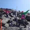万歳、もう少しで頂上です。目の前には八ケ岳。