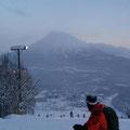 明日行く羊蹄山に向かって滑り降りる。