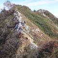 削られてわずかな幅の登山道。