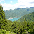 手取ダムと瀬女のスキー場が見えました。