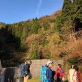 登山口の堰堤からスタート。天気最高!。