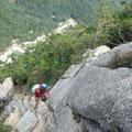 高度感が素晴らしい岸壁を登る写。