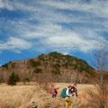 扇平(1765m)からのぞむ乾徳山。