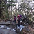 岩と硬残雪を上ります。アイゼンも履きました。