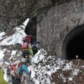 トンネル入り口は雪の壁、乗り越えて中へ・・・