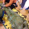 負傷者を担架で包み搬送する訓練。これも覚えなければならない技術。