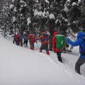 豪雪の中、訓練場所を目指す。