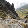 浄土乗越を多くの登山者が登っています。