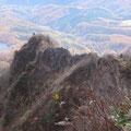 今渡って来ました蟻の戸渡りの全景。細くてするどく岩山。