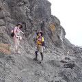 礼文島の海岸線を歩く、海とは2mしか離れていません。