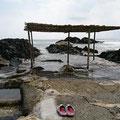 海中温泉をはしごし、入江で海水浴。