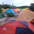 高谷池、テント場 満杯。