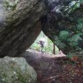 大きな岩の間を通過。(三瀬明神山乳岩コース)