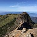天狗岳から見た石鎚山山頂。