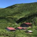 南竜山荘は青空に良く映える。