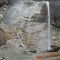 川原毛大湯滝  (滝壺左の中間部に②ヶ、河原に5ヶ所、湯加減最高・・・)