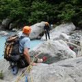 岩壁取りつきのため、小滝川をチロリアンブリッジで渡る。