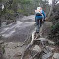 滝を背に急登を行く。
