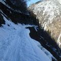怖い岩間道、 今年は雪少なくてもこの有様・・・ 。