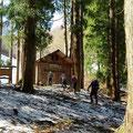 出作り小屋周辺はまだ雪が。