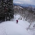 細い尾根を登る。前日の雪で楽々進めます。