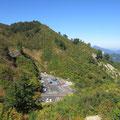 登山道から見た三方岩駐車場。