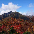 紅葉と雨飾山。