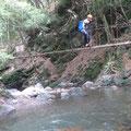 横谷川の壊れそうな吊り橋.