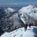 右が焼岳、奥に見えるのが白山。