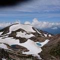 頂上から大汝峰と火口湖。