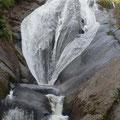 桃洞沢  個性的な桃洞滝  左岸にマタギステップ有り