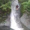 がんばったご褒美、水遊びで滝壺へダイブ!。