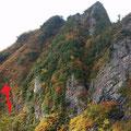 核心部の前嵓への登り。赤の→のところが登山道。