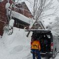 雪に埋もれるロッジ