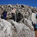 岩だらけの急登を登る。