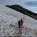 雪渓があちこちに 正面は雪倉岳。