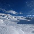 Les vagues de la neige travaillée par la bise