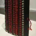 武者甲冑カバー/布、ひも 『日本の武具 甲冑辞典+笹間良彦』 (多田敬一/イラストレーター) この本は武士の着た鎧を中心に編纂されています 作品は武士の鎧の大袖をイメージし 黒板に赤おどしで鎧の構成そのままに作っています