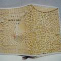 夢の地図/紙 『夢の木坂分岐点+筒井康隆』 (村井佑己子/ウェブディレクター) 主人公が目覚めるたびに少しずつ違う名前、人生を生きながら「夢の木」を探す物語です。一つ一つの人生はパラレルユニバースのように「あったかもしれない別の可能性」を描き、それを象徴するかのように電車が4つの路線へ分岐する「夢の木坂駅」というメタファーが登場します。物語のなかから地理上のヒントを探し「もし全ての人生が同時多発的に存在していたら」という仮定で作りました。現在とともに過去の痕跡そして未来の可能性も同時に孕んでいる地図です。