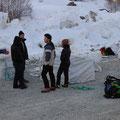 Ici, un coup de main à l'héliportage du refuge du Promontoire en début de saison au printemps
