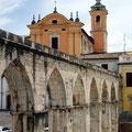 mittelalterlicher Aquädukt mitten in der Stadt