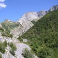 kahle Bergriesen des Monte Sumbra kurz vor dem Pass