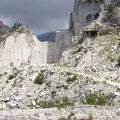 Blick in einen aufgegebenen Steinbruch