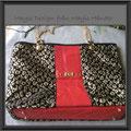 Bolso hecho en cuero rojo y tela en color negro y dorad, Detalles en color Dorado. Precio $65