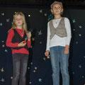 Opa und Kind beobachten die Sterne