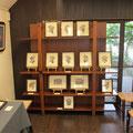 *盛久さん所有の素敵な木棚もお借りして、木版手彩の小品額を並べて展示。
