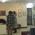 *お客様ご来場。なごやかにミホットアートカフェコーナーもオープン。