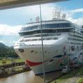 Impresionante crucero pasando por el canál