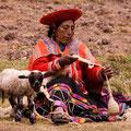 Campesina hilando en Tambomachay-Cusco