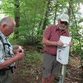 Eintrag in ein Ausliegendes Wanderbiuch durch unseren 1. Vorstand Ludwig Eichler (li) und Werner Reh